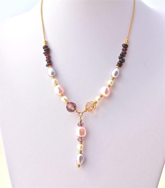 Collier mariage plaque or pierres fines : grenat et perles nacrées et perles swarovski avec une chaîne plaqué or