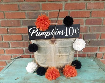 Halloween Pom Pom Garland. Halloween garland, handmade garland, yarn pom poms, halloween party decor, orange pom poms, black pom poms, yarn