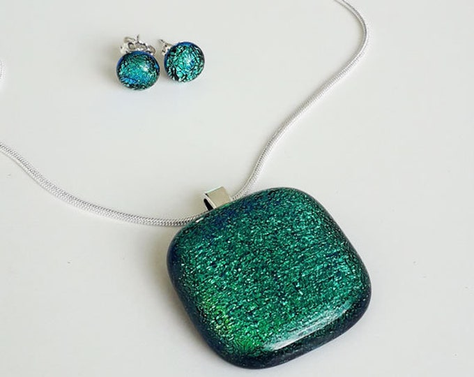 Green jewellery set, in bright green fused dichroic glass.