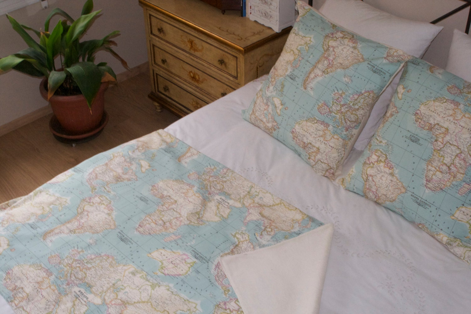 World map bedding map set of 3 1 blanket and 2 cushions zoom gumiabroncs Images