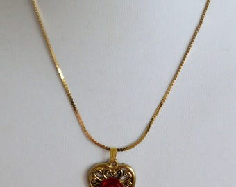 """Pretty Vintage Red Rose, Heart Pendant Necklace, Gold tone, 16"""" (Z10)"""
