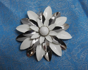 stunning estate sarah coventry white and silver daisy enamel figural flower brooch