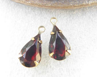 Lot 2 pears pendants drop 13x8mm garnet red glass stones in a vintage gold brass metal holder