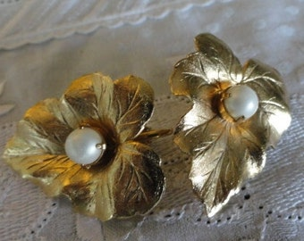 B765)  Vintage  Sarah Coventry Clip on earrings gold leaf with pearl