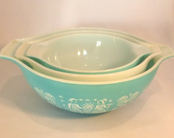 "Set of 3 Pyrex Cinderella mixing bowls in ""Amish"" design Turquoise White - original from the 1960s"