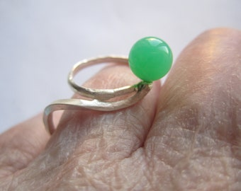 Applegreen Round Stone on Ajustable Open Ring. Handforged Sterling Silver 925 Wire Ring. Bague avec Pierre Vert. Made in Sweden. Modern Ring
