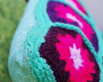 Coussin crochet grannysquare et tissu coton