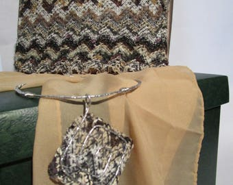Elegant satin pochette with beige and brown wool knit