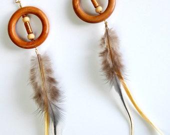 Cerceaux en bois avec plumes gris et jaune épaule Duster boucles d'oreilles pendantes, boucles d'oreilles plumes, boucles d'oreilles bohèmes, boucles d'oreilles Tribal Boho