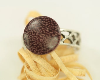 wooden ring / adjustable / fingerring is made of  / ring is made of padouk and silver plated bronze