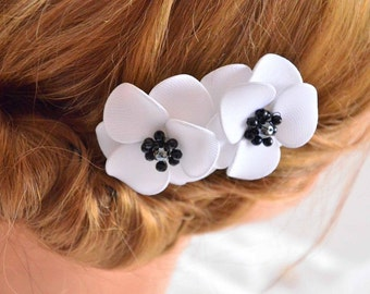 Anemone hair flowers White and black hair clip Flower hair pin Bridesmaid hair flowers Flower pins White flowers Wedding hair accessories