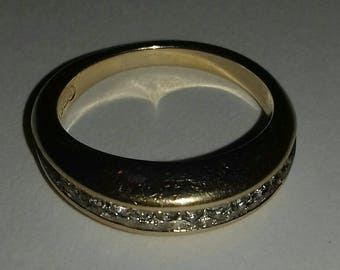 Vintage ring with gold coloured band - costume jewellery.