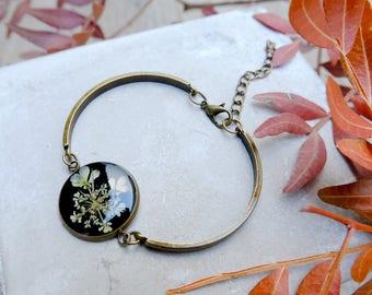 Real flower bracelet, gift for woman, resin flower slave, real plant jewelry, inspirational gift, dainty bracelet, pressed white flower