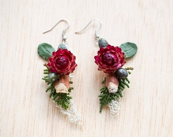 Fresh flower earrings, strawflower and cedar