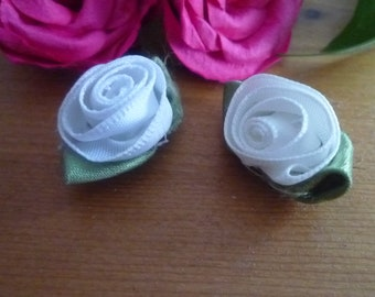 2 small white roses sewing