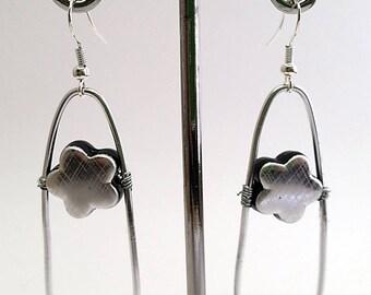 Earrings in silvery metal beat