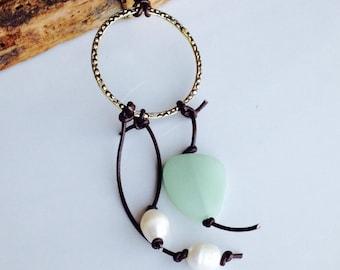 Hoop-Halskette, Süßwasserperlen, Quaste, Perlen und Lederband. Etsy, Etsy Schmuck, Leder Schnur, dunkelbraunes Leder, Seeglas