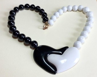 Totally tubular vintage black and white graphic heart necklace, 17 inches, 80s necklace, black and white necklace, plastic necklace Eighties