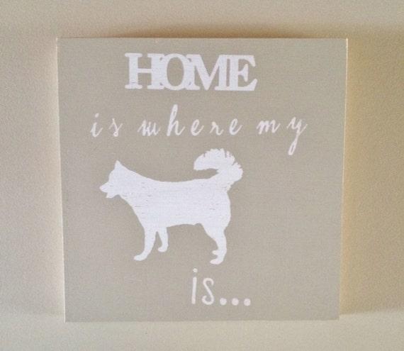 la maison est o mon husky est signe de bois vieilli. Black Bedroom Furniture Sets. Home Design Ideas