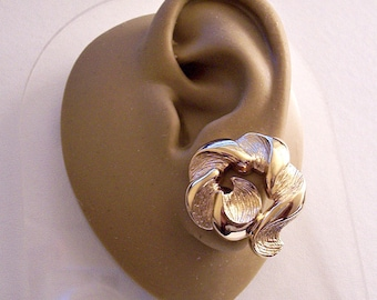 Monet Ribbon Twist Clip On Earrings Gold Tone Vintage Smooth Brushed Accent Open Curl Big Buttons