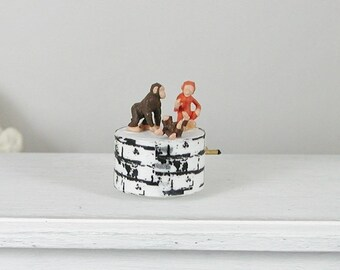 Musical box, monkey in miniature 1zu12 for the doll's house, the Doll's room, the collector, Dollhouse Miniatures # 7