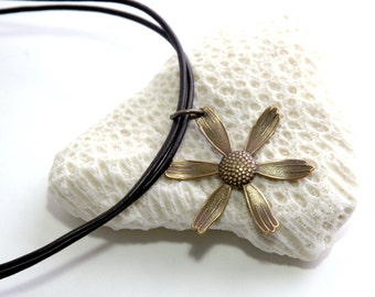 Leather necklace, Daisy pendant, Leather choker, Summer jewelry, Youth jewelry, Natural brass, Minimalist Jewelry, gift