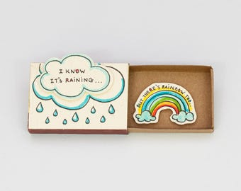 "Schattig leuk aanmoediging kaart Matchbox / Gift box / Message box ""I Know It's Raining - maar er is Rainbow Too"" / OT056"