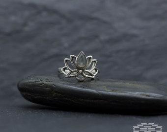 Anillo flor de loto plata y piedra luna, anillo plata, anillo piedra luna, anillos originales, regalo para mujer, anillo bo