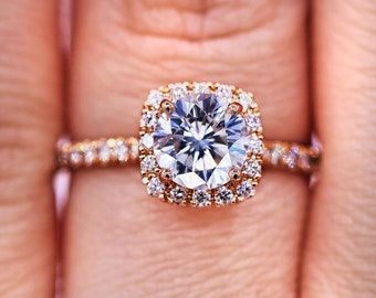 Elegant Round Cut Diamond Ring in Rose Gold