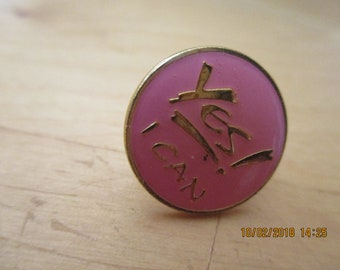"""vintage  goldtone lapel badge 5/8""""across front pink enal sayin yes i can great condition"""