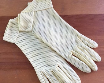 30% Off Sale 50s Fownes Pastel Yellow Mesh Wrist Gloves, Size Small to Medium