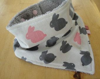 Bavoir bandana anti bavouille, bandana bébé, bavoir bébé, bavoir pâques, bavoir lapins, cadeau naissance, lapins moderne blanc, gris, rose.