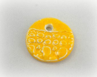 Charm in ceramic make-hand : yellow, lace