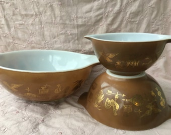 Set of 4 Nesting Bowls. Pyrex Early Americana Pattern. Brown & Gold