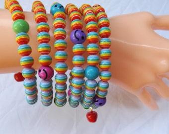 Memory Wire Armband, buntes Armband, gestreiften Armband, Multi-Spule Armband, Smiley-Armband