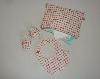 Set booties well hot + bib + case / pouch. Size 0-3 months or 3-6 months