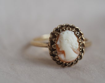 Romantic and feminine vintage 10K yellow gold Shell cameo ring