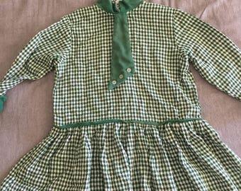 Vintage long sleeved green gingham little girls dress. Approx size 3.