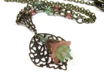 En laiton Vintaj collier, pêche collier Floral vert, cadeaux pour les femmes jardiniers, Woodland fleur bijoux, Boho Pastel pêche collier de fleurs