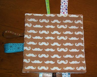 Tags blanket / fabric mustache + soft fleece and ribbons to stimulate the baby awakening