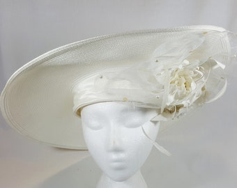 White Straw Hat With Pearls And Feathers Designed By Whittall & Shon 1970s. Perfect for wedding, brunch, Derby day, Easter or Mother's day