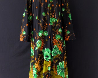Vintage 1970s Maxi Polyester Black & Floral Dessing Gown/House Coat