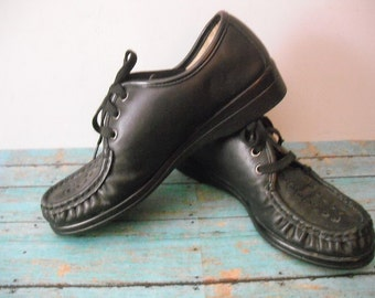 Vintage Artsy ~~ SOFTSPOTS Comfy to Stand or Walk...Granny shoes Black LEATHER Heart Lattice.. 80s 90s Lace Up Moc Wedge Shoes