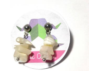 Earrings 2.5 cm long in mother of pearl chips