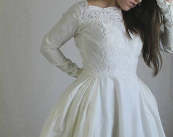 60s Ivory Long Sleeve Wedding Dress // Vintage Full Skirt Lace Cream Winter Bridal Gown // Size: S