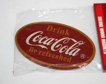 Amerikanischer Kühlschrank Coca Cola : Coca cola logo auf eine cola rot retro kühlschrank kühlschrank