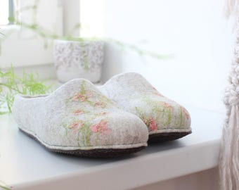 Women felted slippers, natural wool slippers with pale pink flowers, felt wool clogs, bride slippers, warm house shoes, soft merino slippers