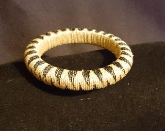 Womens vintage natural straw raffia wrapped & handpainted solid formed 1/2 in. Wide bangle bracelet 60s summer fashion jewelry black accents