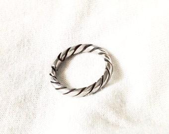 Single Strand Twist Midi Ring