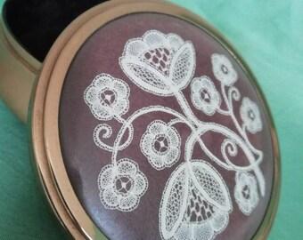 Beautiful hand lade bobbin lace jewellery box
